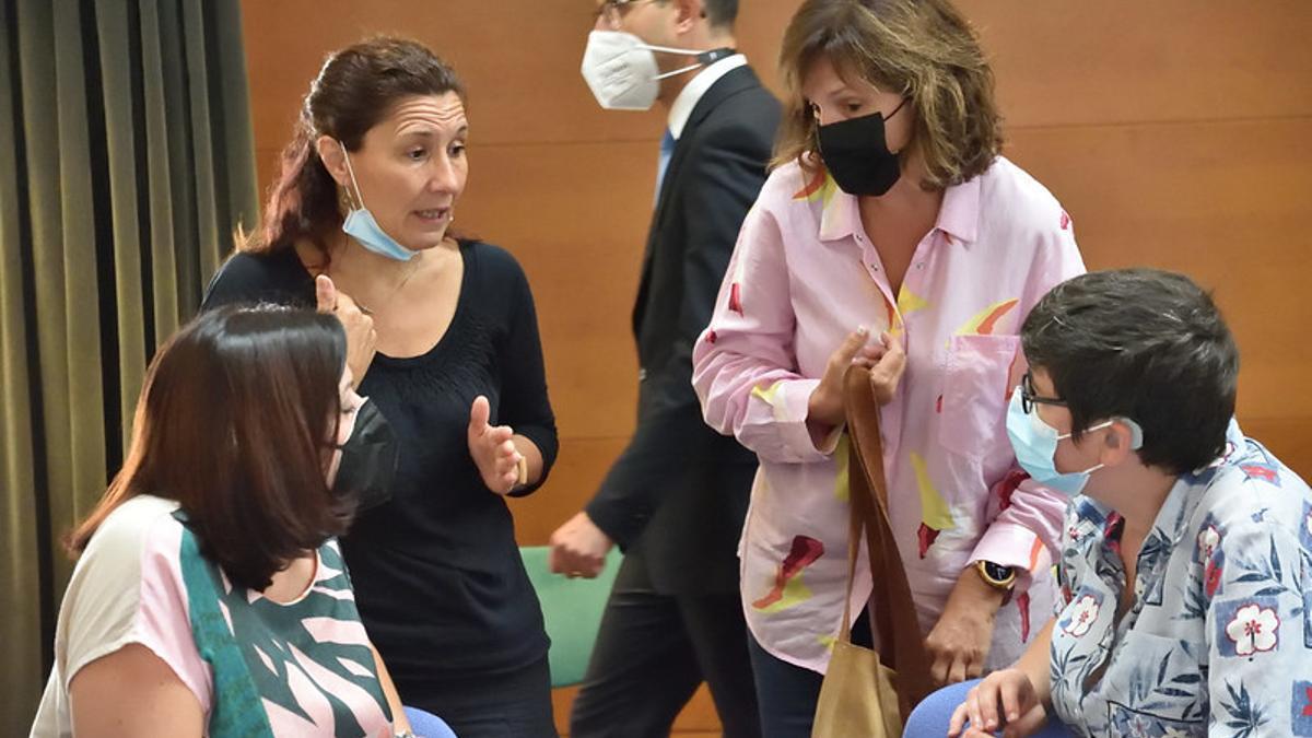 Carmen Martínez (PSPV) conversa con Estefanía Blanes y Pilar Lima, de Unides Podem-EUPV.