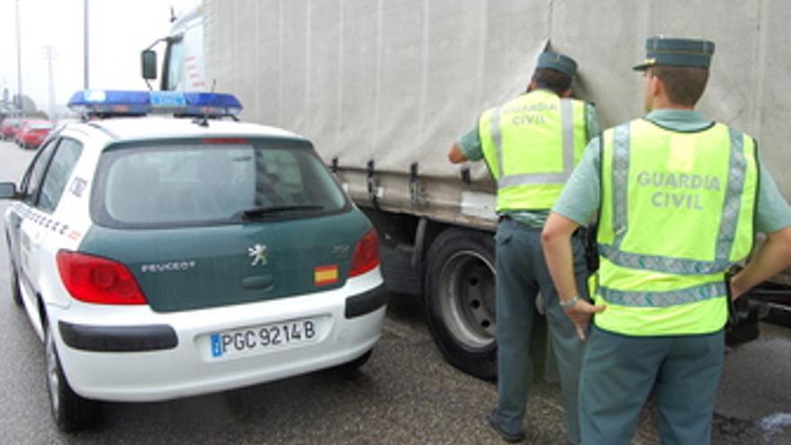 Agentes revisan un camión