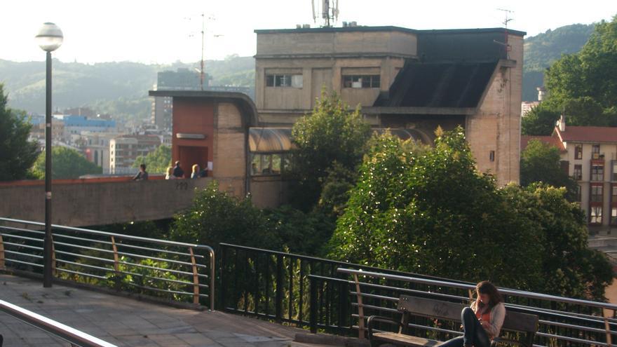 Mástiles de antenas de telefonía móvil ubicados sobre el ascensor que da acceso al barrio de Solokoetxe en Bilbao.