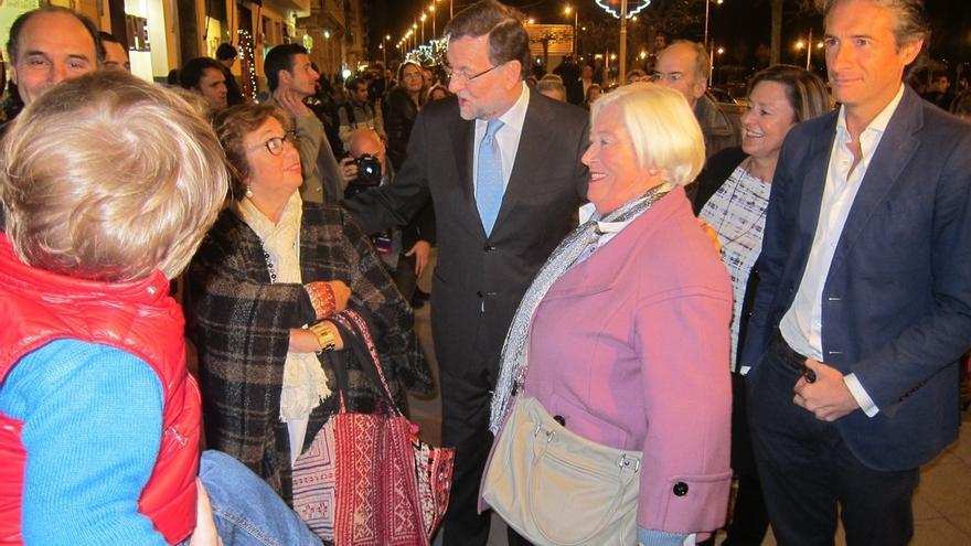El 'cara a cara' y la corrupción, los temas más comentados por los ciudadanos a Rajoy en su paseo por Santander