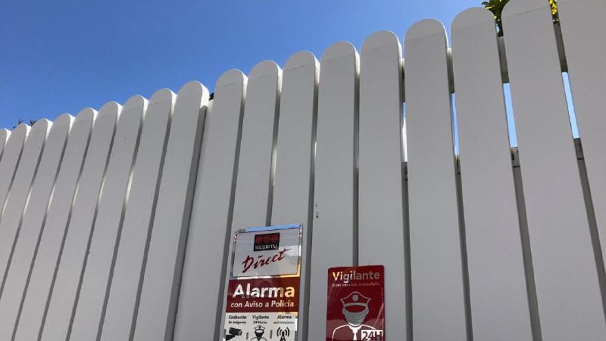 Cartel de advertencia de alarma en la casa de José Manuel Soria. (CANARIAS AHORA)