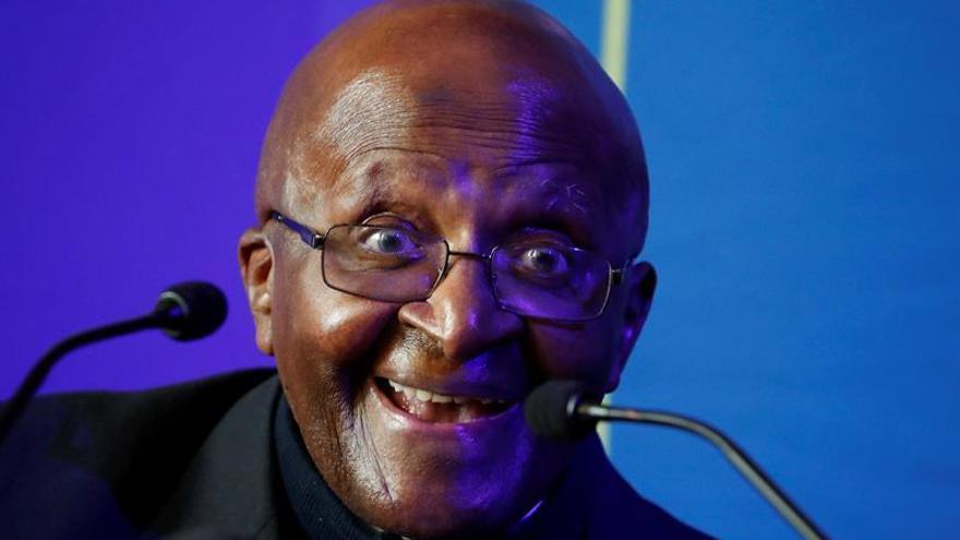 El Nobel de la Paz sudafricano Desmond Tutu cumple en el hospital 87 años