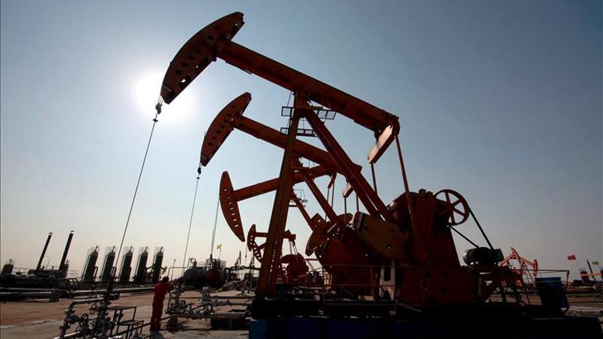 El petróleo de Texas cae por debajo de los 57 dólares el barril