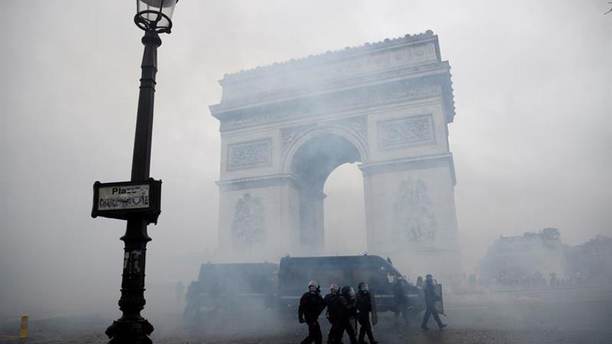 Macron visita el Arco del Triunfo para comprobar los desperfectos tras los disturbios