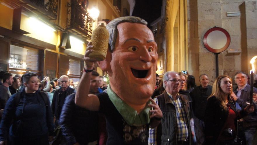 El orujo es uno de los protagonistas de 'El Entierro de Genarín' cada Jueves Santo de León