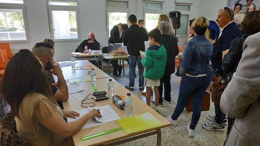 Las colas para poder votar han sido habituales a lo largo de la mañana en numerosos colegios electorales.   RUBÉN VIVAR