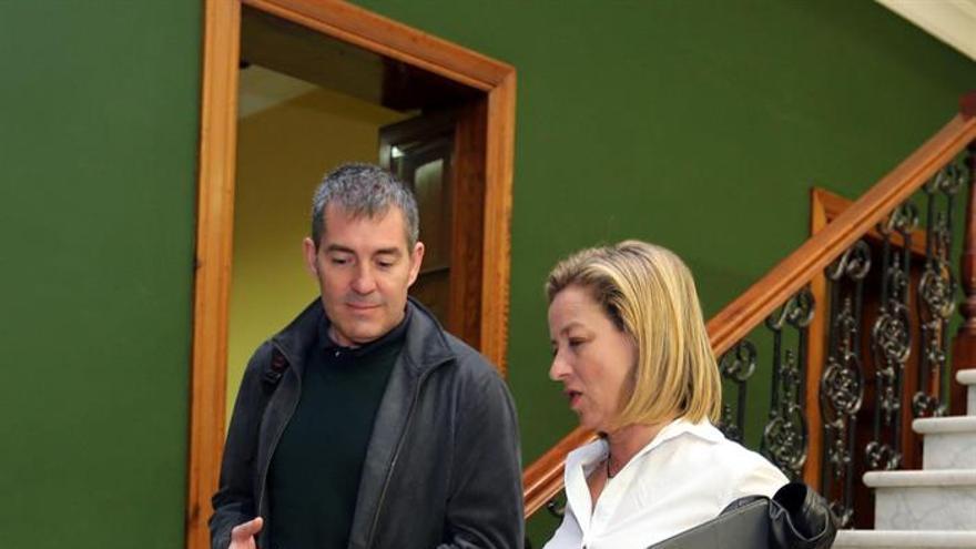 Fernando Clavijo y Ana Oramas conversan momentos antes de la reunión de este sábado del Consejo Político Nacional de CC.. EFE/Elvira Urquijo A.