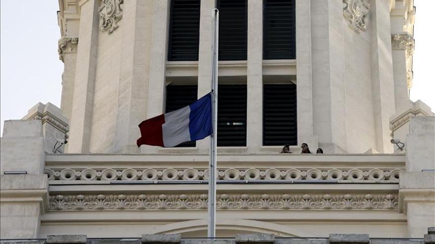 Las sedes de la Comunidad y el Ayuntamiento lucen banderas de Francia en solidaridad