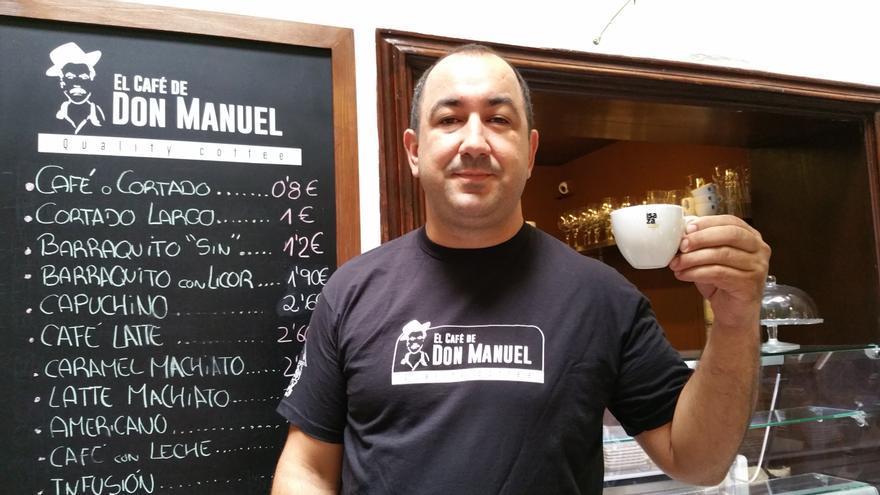 Rayco muestra un espreso en la cafetería Don Manuel. Foto: LUZ RODRÍGUEZ.
