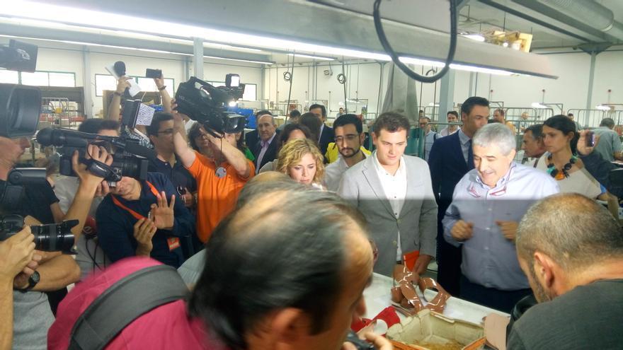 Albert Rivera durante una visita a una fábrica de zapatos en Elche
