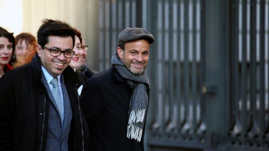 Los diputados de En Comú Podem Jaume Asens (d) y Gerardo Pisarello (i), a su llegada al Congreso para asistir este martes a la  a la sesión constitutiva de la Cámara Baja.