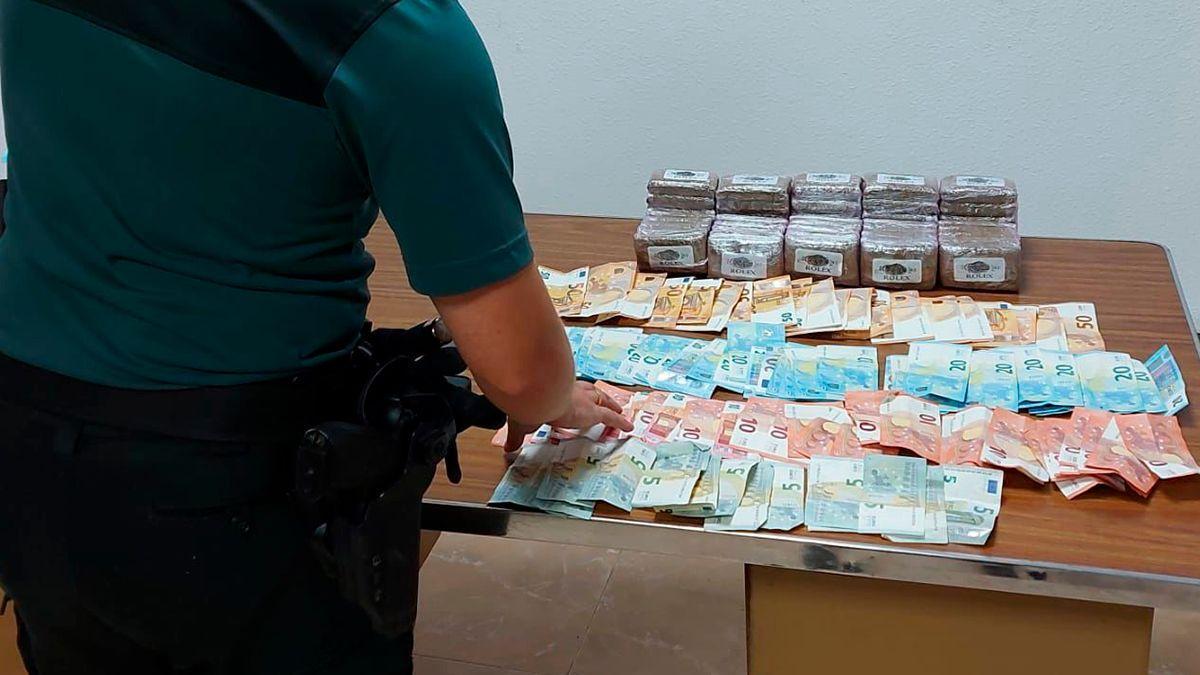 Droga y dinero intervenido en la operación en Rute.
