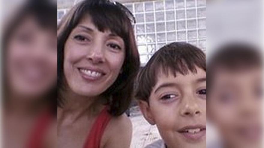 La madre del menor recoge firmas para evitar el traslado de su hijo a otro colegio