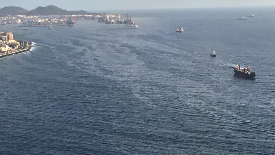 Mancha de gasoil en la bahía de Las Palmas de Gran Canaria.