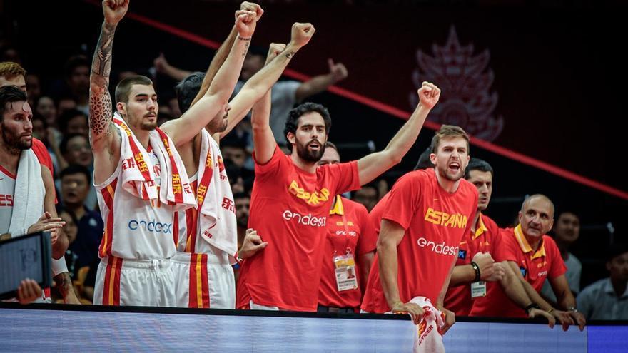Javier Beirán y Xavi Rabaseda, que no jugaron ante Serbia, animan a sus compañeros.