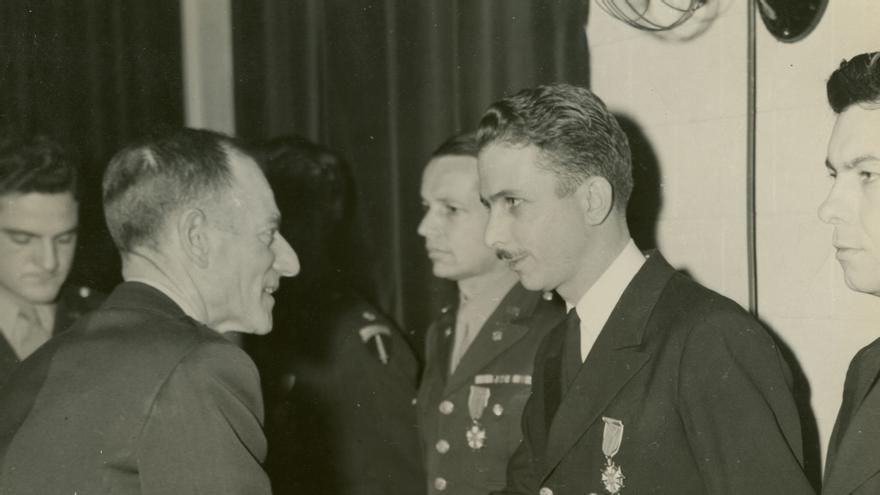 Andrews recibe la Legión al Mérito de la mano del General de Brigada John Magruder, director adjunto de la OSS. Fotografía cortesía de la familia Andrews.
