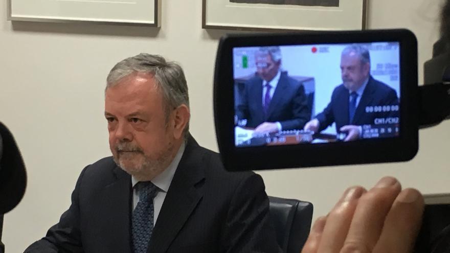 El consejero Azpiazu, firmando el acuerdo con el PP en el Parlamento Vasco