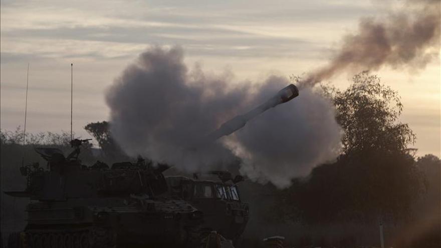 Un tanque del Ejército israelí, durante un ataque sobre el sur de Gaza