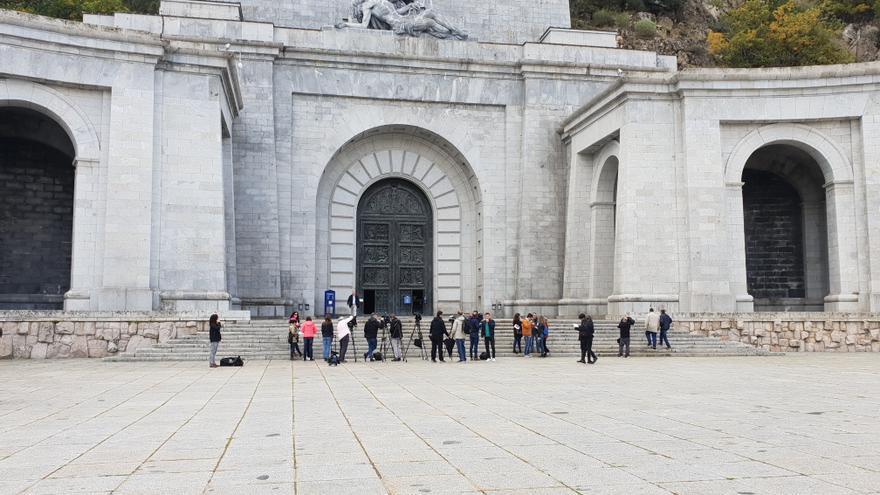 Hilera de periodistas esperando a la salida de la primera misa en el Valle de los Caídos sin el cuerpo de Franco