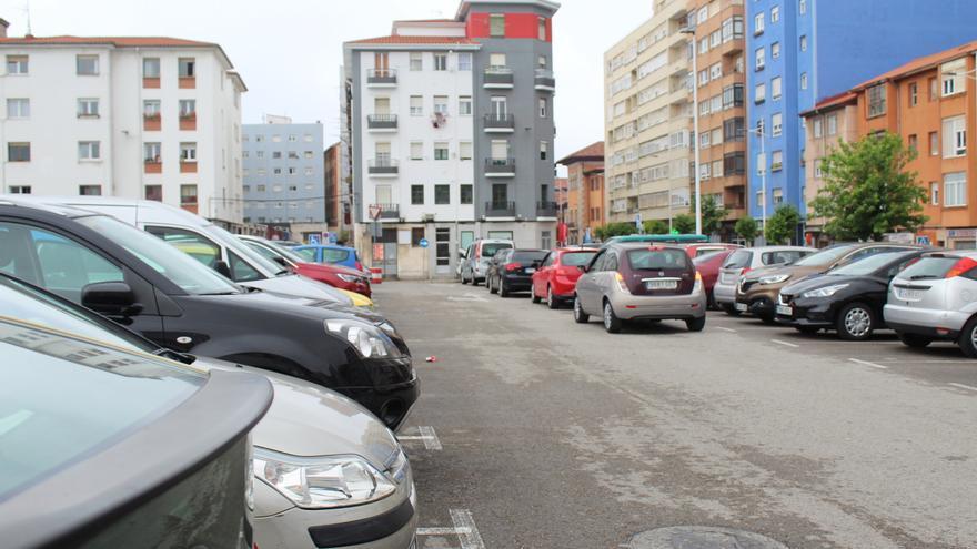 Colas de 30 minutos para conseguir aparcar en el aparcamiento gratuito
