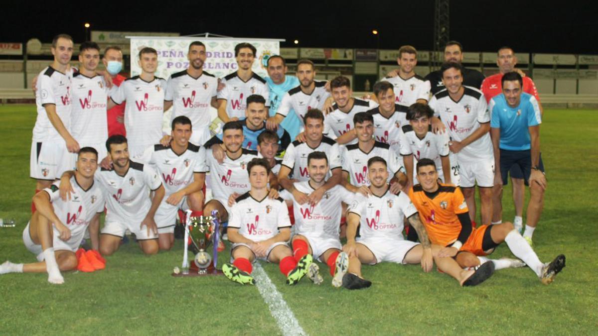 Jugadores del Pozoblanco tras ganar su trofeo