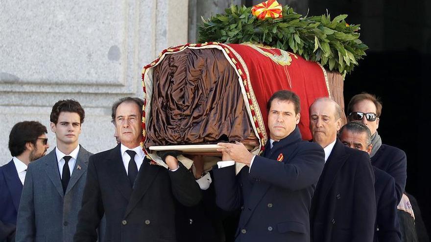 Los familiares de Franco, José Cristobal y Luis Alfonso de Borbón Martínez-Bordiú encabezan la comitiva familiar que porta el féretro con los restos mortales del dictador tras su exhumación