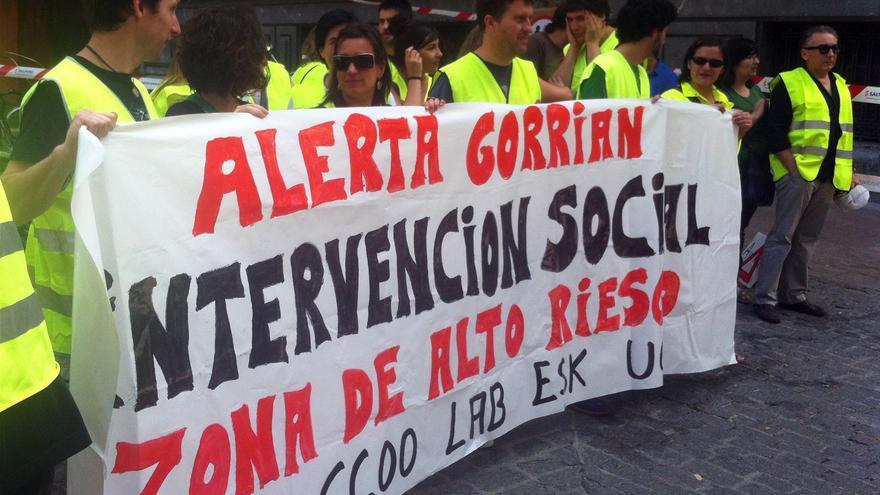 Trabajadores de Intervención Social se concentran en el centro de Vitoria. /EDN.
