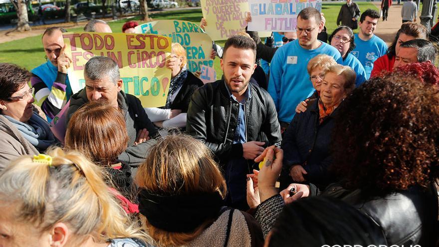 Menacho, rodeado de simpatizantes, a la puerta de los juzgados   ÁLEX GALLEGOS