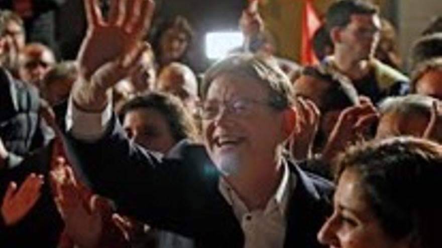 Ximo Puig saluda la nit de les eleccions.