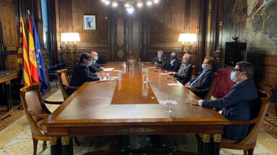 El ministro Salvador Illa en su encuentro con miembros de la comisión ejecutiva de la Fundació Ernest Lluch.