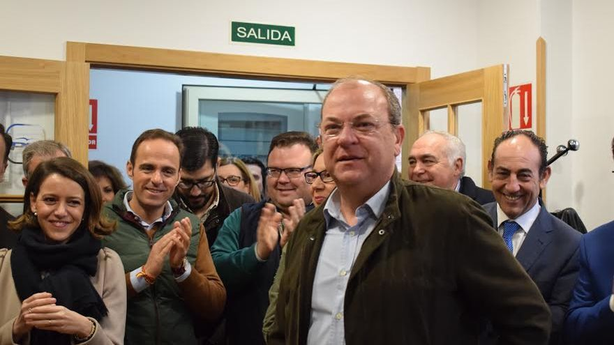 Monago tras presentar los avales en la sede regional del partido.