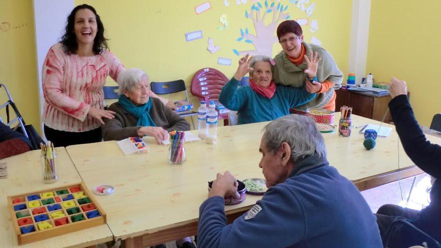 En la imagen, participantes en el taller de de estimulación cognitiva. Foto: AFA-LA PALMA.