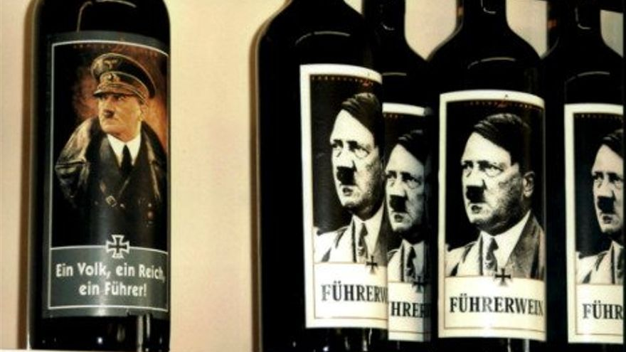 Fotos de las botellas con la cara de Hitler que tenía un bar alemán.