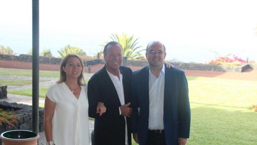 Julio Iglesias con Alicia Vanoostende y Anselmo Pestana este viernes en el Parador de Turismo. Foto: JOSÉ AYUT.