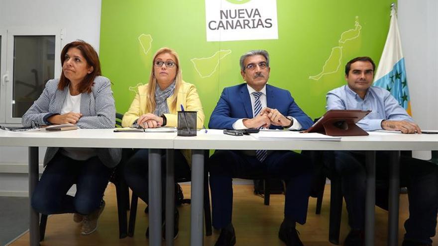 El vicepresidente del Gobierno de Canarias y presidente de Nueva Canarias, Román Rodríguez (2d), durante la reunión de la Ejecutiva Nacional de su partido.
