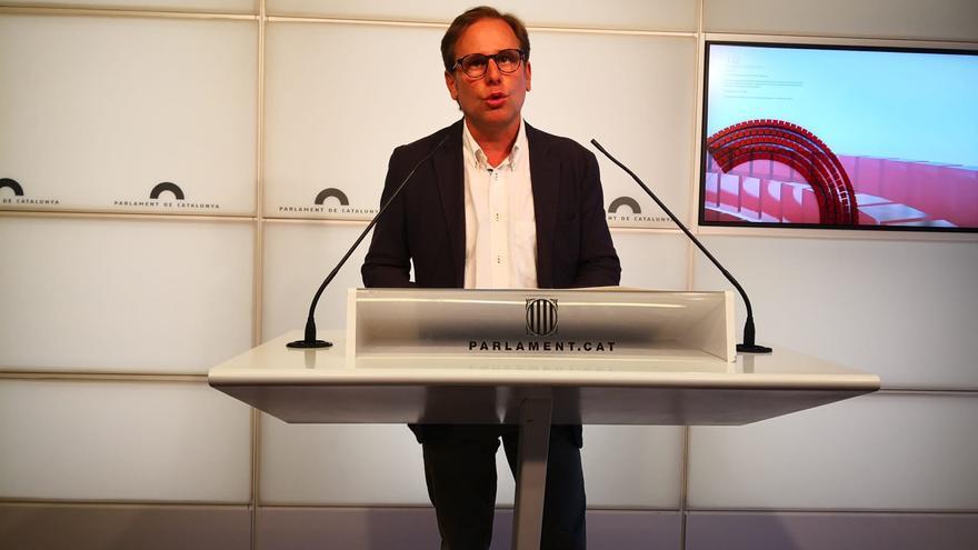 El portavoz de Vox en el Parlament, Joan Garriga, en rueda de prensa en la Cámara catalana