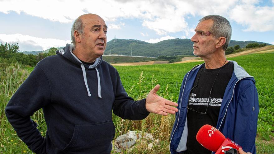Koldo Arnanz (i), y Antxon Ramírez de Alda (d), padres respectivamente de Oihan y Adur, dos de los ocho condenados por la agresión a dos guardias civiles y sus parejas en Alsasua, en octubre de 2016, hacen declaraciones este viernes.