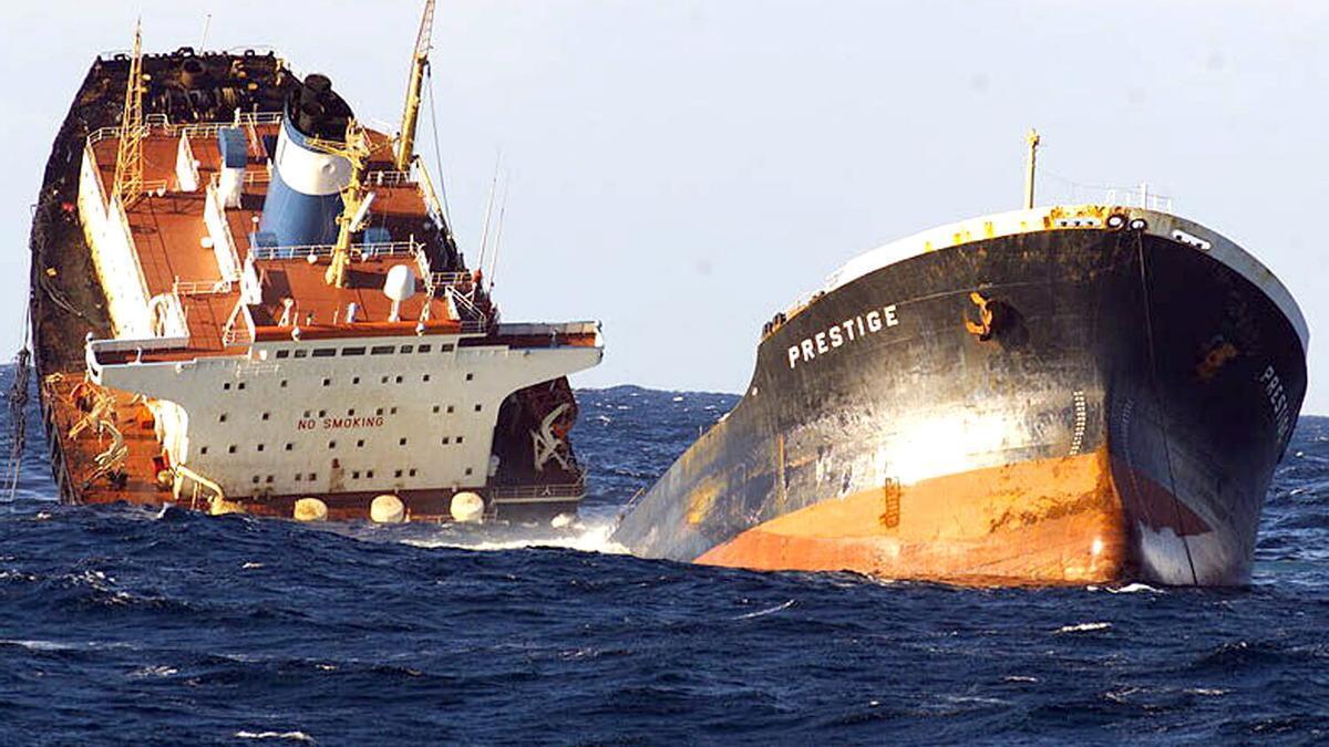 """Fotografía del petrolero """"Prestige"""" partido en dos, realizada desde la Fragata """"Baleares"""" de la Armada Española. El """"Prestige"""" comenzó a hundirse a 233 kilómetros de las islas Cíes, con una carga de unas 70.000 toneladas de combustible. EFE/ORP ARMADA/Archivo"""