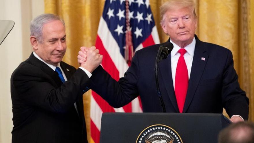 """Trump presenta su """"acuerdo del siglo"""" para Oriente Medio junto al primer ministro israelí, Benjamin Netanyahu."""
