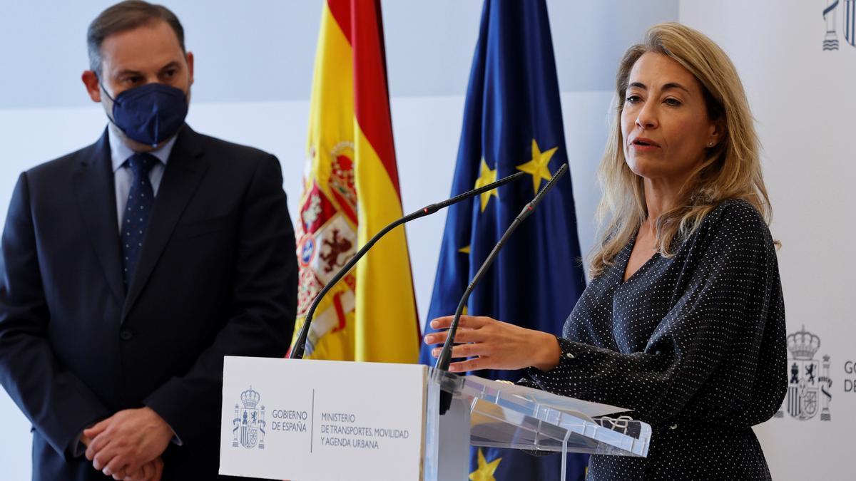 La nueva ministra de Transporte, Movilidad y Agenda Urbana, junto a su antecesor, José Luis Ábalos