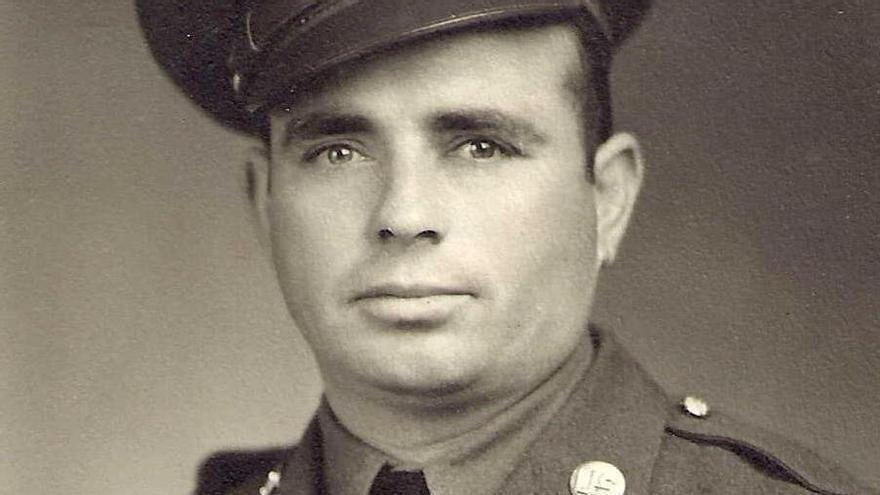 """Miguel Mañas Mañas, nacido en Sorbas, Almería en 1911, llegó al país a los 14 años. Fue reclutado por el Ejército de EEUU en 1942 en California. En aquel momento no era ciudadano estadounidense. Sirvió en el 194º Regimiento de Infantería de Planeadores de la 17ª División Aerotransportada, combatiendo en la Batalla de las Ardenas y en la Operación """"Varsity""""."""