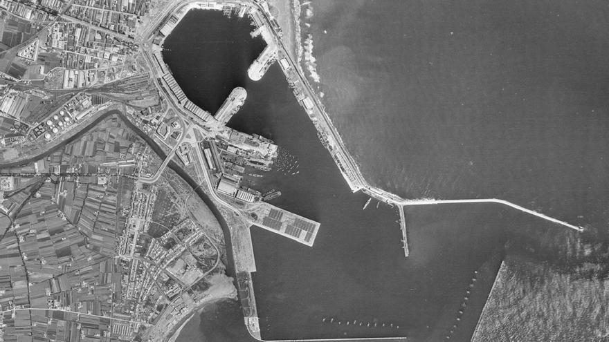 El puerto de Valencia con la playa de Natzaret abajo en una imagen de 1956 del Instituto Cartográfico de Valencia