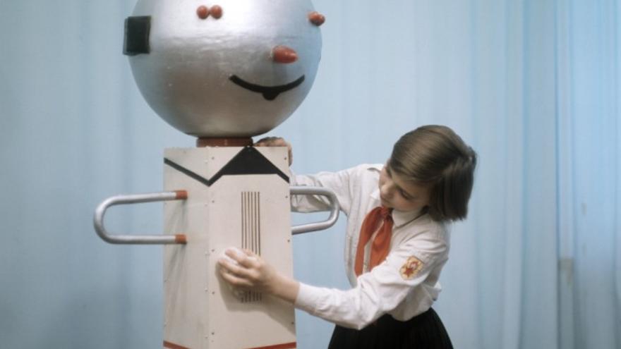 Una niña retoca un robot de su propia creación a mediados de los 70 (Imagen: Ria Novosti)