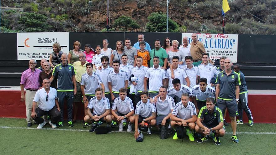 Zidane con los componentes del Castilla y  seguidores palmeros en el Silvestre Carrillo. Foto: JOSÉ AYUT.