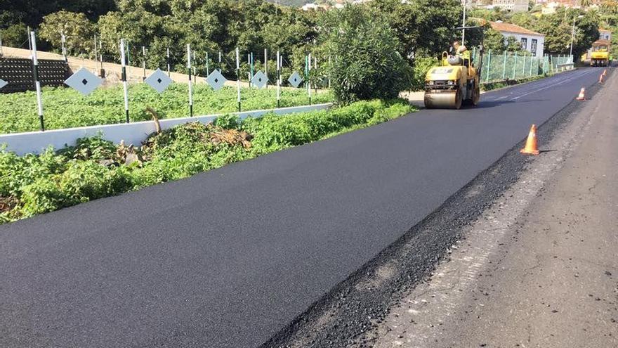 El  tramo que se está repavimentado, entre el punto kilométrico 1,430 y el 2,420 de la carretera LP-204 de El Zumaca.