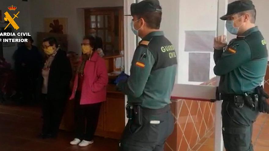 Agentes de la Guardia Civil en la residencia de Fuente Palmera.