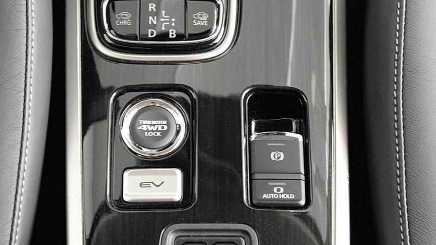 La revisión del Outlander PHEV incluye un freno de mano eléctrico, liberando espacio de la consola central