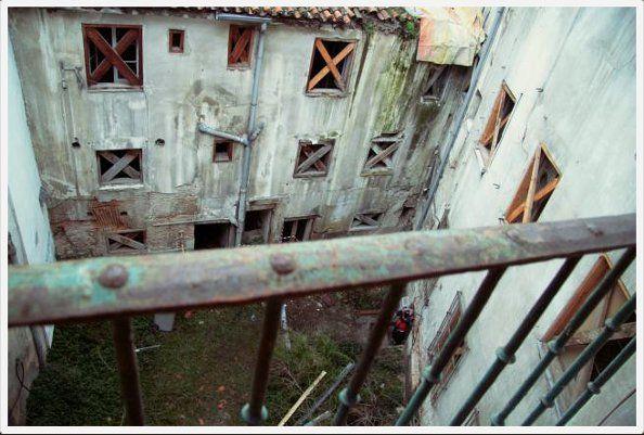 Espacio que separa los edificios que se levantan en la parcela | FOTO: Patio Maravillas