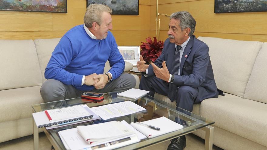 Revilla se compromete con el alcalde a recuperar la subvención para la Fiesta de la Mitología