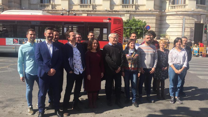Los integrantes de la lista de Compromís al Ayuntamiento de València, encabezada por el alcalde Joan Ribó